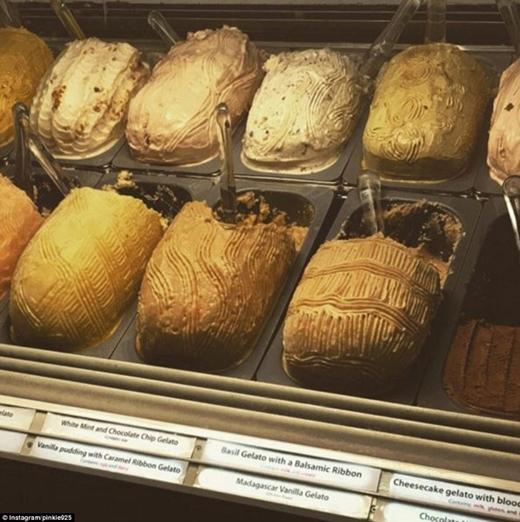 Bữa sáng của nhân viên có bánh mì nướng kiểu Pháp, bánh kếp rắc hạt socola, nước ép trái cây tươi, các loại kem và nhiều món tráng miệng khác. (Ảnh: newusatoday)