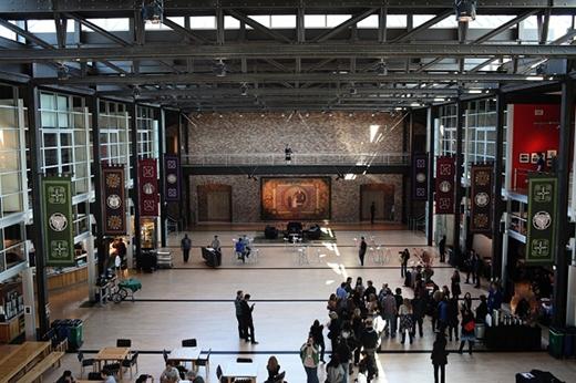 Khuôn viên căn-tin của họ trông rất giống bảo tàng Musée d'Orsay ở Paris, ước mơ một thời của Steve Jobs lúc ông còn làm chủ công ty. (Ảnh: charitybuzz)