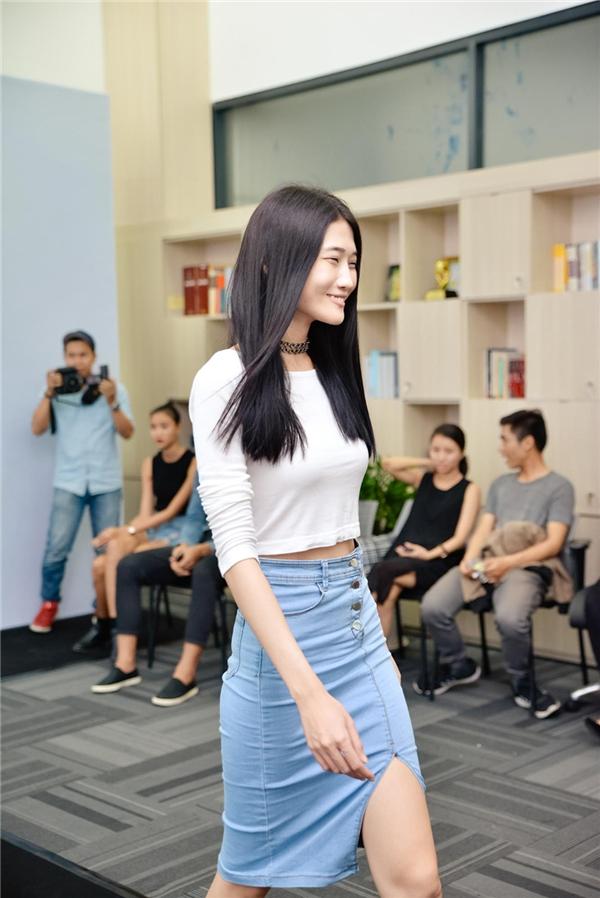 Kha Mỹ Vân là một trong những niềm tự hào của làng mốt Việt trên các sàn diễn quốc tế. Diện chiếc váy jeans cùng áo croptop khỏe khoắn, nữ người mẫu tự tin khoe khả năng catwalk cùng đôi chân dài miên man.