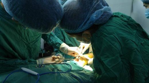 Sau khi bệnh nhân được tiêm thuốc tê, các bác sĩ sẽ tiến hành bóc tách phần da và phần bắp cơ đã được vẽ sẵn từ trước. Bác sĩ sẽ tạo một đường rạch khoảng 3 cm, sau đó sẽ khoang dưới sự hỗ trợ của nội soi.