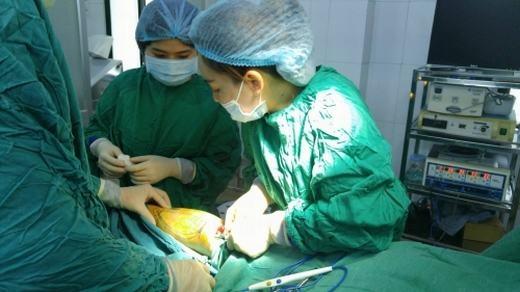 Các bác sĩ sẽ tiến hành đưa chất liệu vào vùng bắp chân đã vẽ từ trước