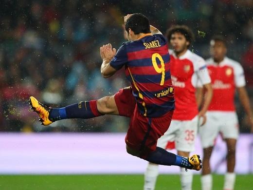 Suarez không thể nhớ nổi mình đã tạo ra siêu phẩm như thế nào. (Ảnh: Independent.co.uk)