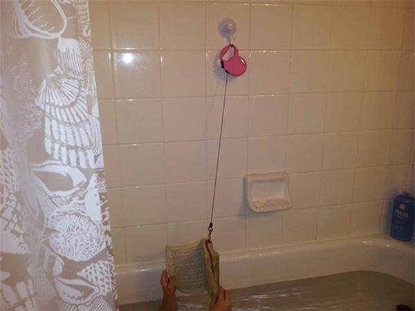 Để không bị rơi sách xuống bồn tắm, hay dùng cách này.