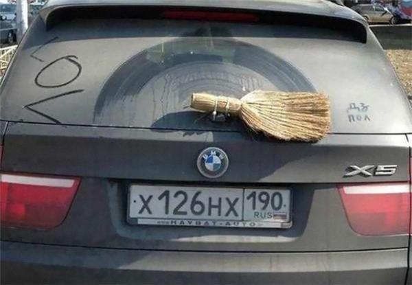 Cần gạt xe được thay bằng... chổi.