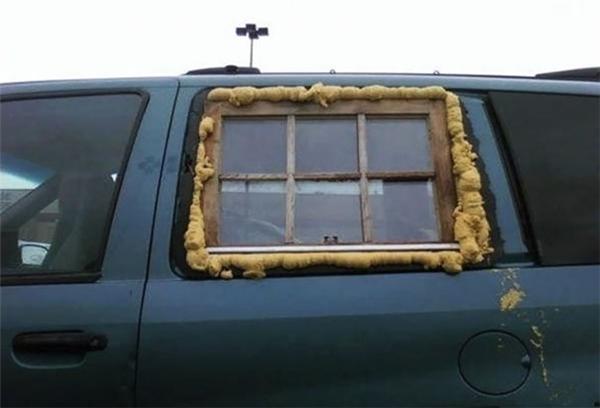 """Pha """"chữa cháy"""" cửa kính xe hơi vô cùng sáng tạo, nhưng không mang tính thẩm mĩ cho lắm."""
