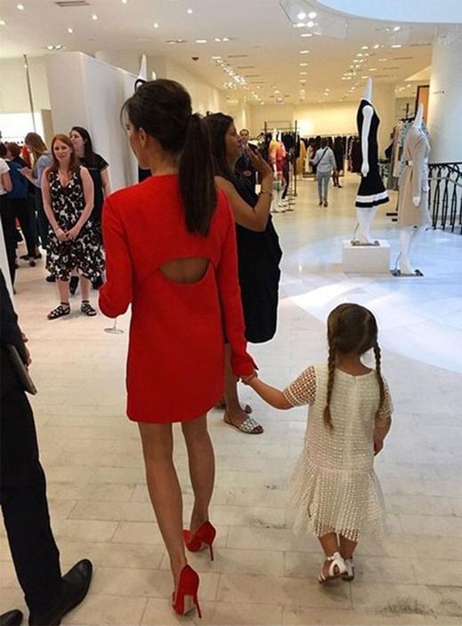 Harper xuất hiện cực phong cách không kém mẹ mình trong một cửa hàng khác của Vic. (Ảnh: Internet)