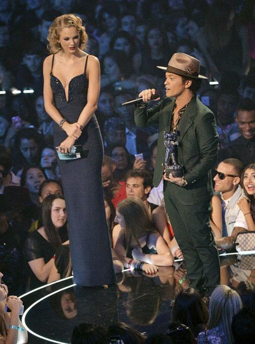 """Taylor thường xuyên """"xúc phạm"""" những người đàn ông đứng kế bên với chiều cao 1.80m. (Ảnh: Internet)"""