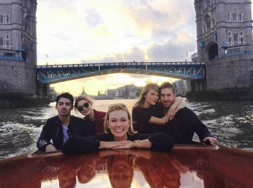 Không cần phải giữ bí mật, nhưng cũng không quá phô trương, mỗi lần xuất hiện bên nhau hay khoe ảnh trên mạng xã hội, Calvin và Taylor cũng đều khiến người hâm mộ vui lây vì sự hạnh phúc hiện rõ trên gương mặt. (Ảnh: Internet)