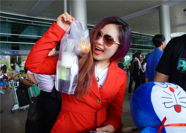 Biết được sở thích của cô, các fan đã chuẩn bị sữa chua, bánh tráng trộn mang ra tận sân bay để Lương Bích Hữu có thể ăn ngay trên xe trong khi trở về nhà. - Tin sao Viet - Tin tuc sao Viet - Scandal sao Viet - Tin tuc cua Sao - Tin cua Sao