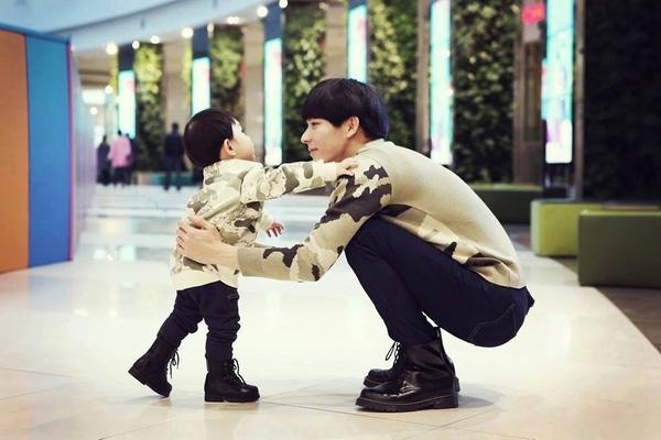 ... bạn có nghĩ anh ấy là một ông bố củacậu con trai 4 tuổi?(Ảnh: Internet)