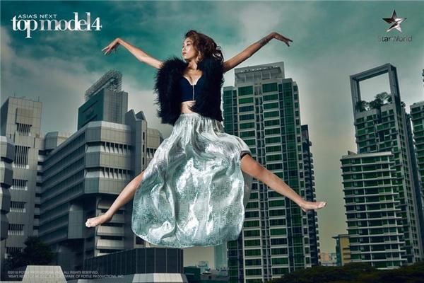 Do quá sợ độ cao và không biết cách phối hợp với trang phục, Tugs - đại diện đầu tiên của Mông Cổ tại Asia's Next Top Model đã phải dừng chân.