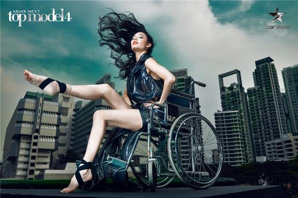 Jessica, do bị chấn thương mắt cá chân nên được sắp xếp chụp trên xe lăn và gậy chống.
