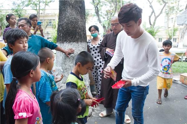 Trong chuyến đi lần này, Hồ Quang Hiếu chọn lựa bao lì xì nhỏ để dành tặng cho các bệnh nhân thay vì những món quà như thường lệ. - Tin sao Viet - Tin tuc sao Viet - Scandal sao Viet - Tin tuc cua Sao - Tin cua Sao