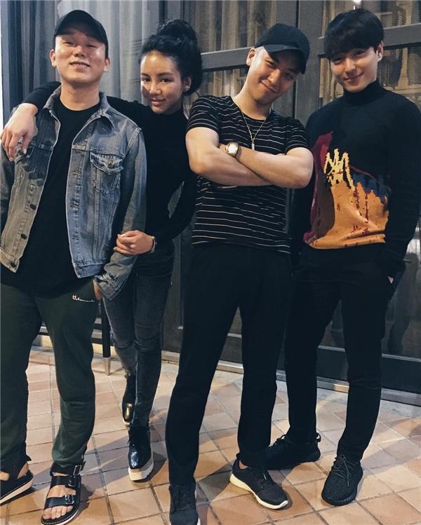 Không khó để nhận ra cậu út của Big Bang là người đứng cạnh Kim Lim. (Ảnh: Instagram)