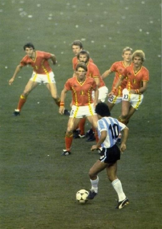 Đến 6 cầu thủ đối phương lao ra truy cản Maradona. (Ảnh: Thethaovanhoa.vn)