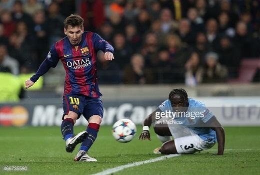 Sagna bất lực truy cản Lionel Messi đi bóng. (Ảnh: Getty Images)