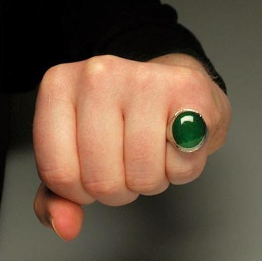 Đeo một chiếc nhẫn ngọc bích trên ngón út để cầu tiền tài vào túi. Nếu là nam thì đeo trên tay trái, nữ thì đeo tay phải. May mắn sẽ tràn trề nếu chiếc nhẫn làm hoàn toàn từ ngọc bích. (Ảnh: Internet)