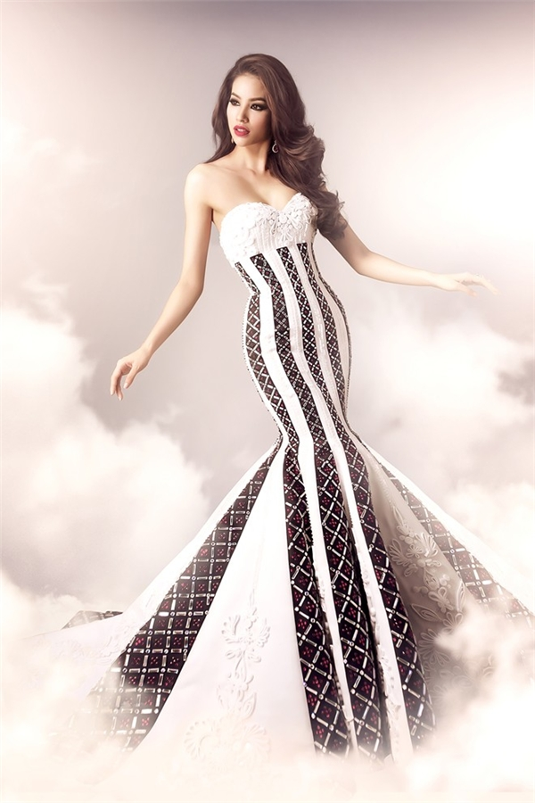 Bộ váy này từng được Phạm Hương mang đến Hoa hậu Hoàn vũ 2015 và diện trong đêm chung kết. Tuy nhiên, do quá ít hình ảnh nên nhiều khán giả vẫn lầm tưởng cô không diện bộ váy này.