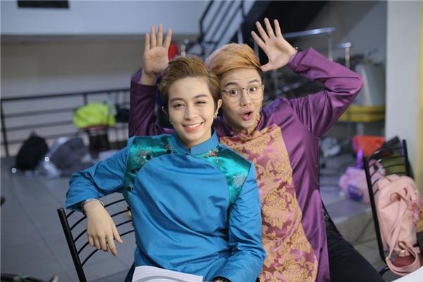 Gil Lê và Duy Khánh tiếp tục đồng hành cùng nhau giữ vai trò MC tại chương trình tuần này. - Tin sao Viet - Tin tuc sao Viet - Scandal sao Viet - Tin tuc cua Sao - Tin cua Sao