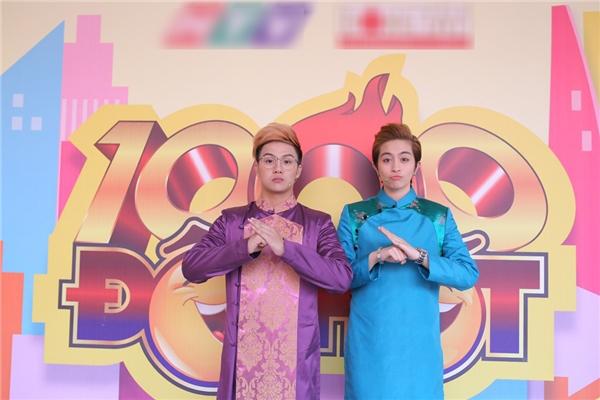 Diện lên mình những bộ áo dài đủ màu sắc, vẻ bảnh bao của Duy Khánh và Gil Lê nhanh chóng gây ấn tượng cùng người hâm mộ. - Tin sao Viet - Tin tuc sao Viet - Scandal sao Viet - Tin tuc cua Sao - Tin cua Sao