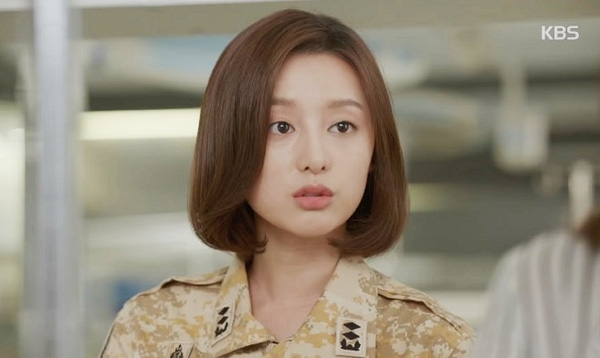Trong Hậu duệ của Măt trời, Kim Ji Won lựa chọn kiểu tóc bob uốn cụp tự nhiên cho nhân vật của mình.