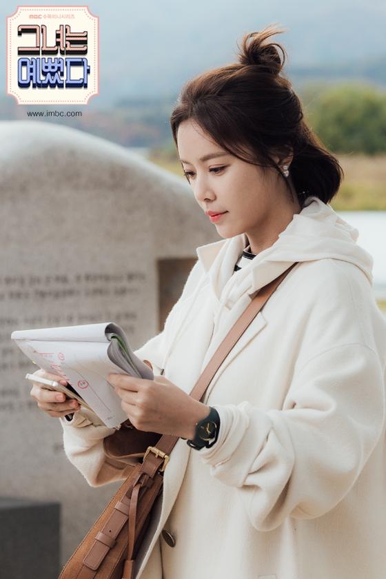 Trong She was pretty, cô nàng Hye Jin không chỉ để đơn thuần mà đôi khi còn biến tấu thêm nhiều kiểu buộc tóc khác nhau tạo thêm nét mới lạ, thú vị cho mái tóc bob cắt ngắn.