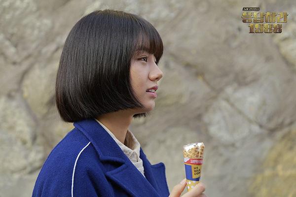 Kiểu tóc của Hyeri là tóc bob cắt ngắn với chiều dài chỉ ngang cằm, mang lại cho các nàng gương mặt cùng phong cách trẻ trung, nghịch ngợm và thú vị hơn hẳn.