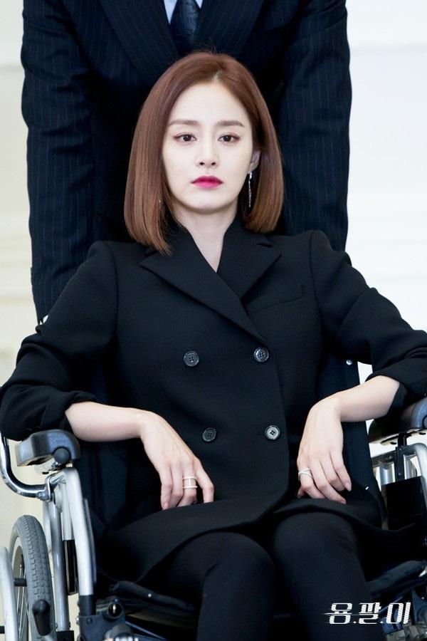 Kiểu tóc ngắn duỗi thẳng cá tính kết hợp cùng lối trang điểm sắc sảo đã phần nào giúp Kim Tae Hee lột tả được sự lạnh lùng và đầy quyền lực của nhân vật Han Yeo Jin.