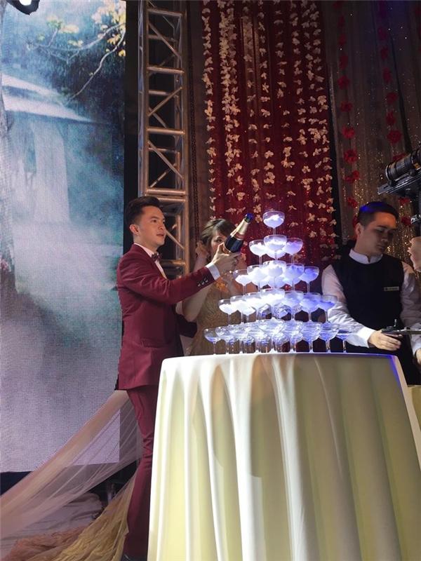 Nam Cường và Phương Thảo thực hiện các nghi thức của lễ cưới. - Tin sao Viet - Tin tuc sao Viet - Scandal sao Viet - Tin tuc cua Sao - Tin cua Sao
