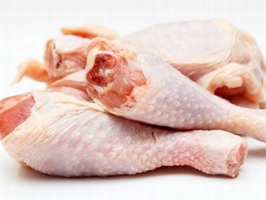Bạn có bao giờ thắc mắc vì sao những con gà bán ở chợ, siêu thị luôn căng tròn trong khi gà chúng ta nuôi lại nhỏ con không? Do hormone tăng trưởng đấy! Lượng thuốc này khi vào cơ thể người cũng sẽ khiến chúng ta bị béo phì, nặng hơn thì sẽ làm tổn thương nội tạng, thậm chí cả ung thư. (Ảnh: Internet)