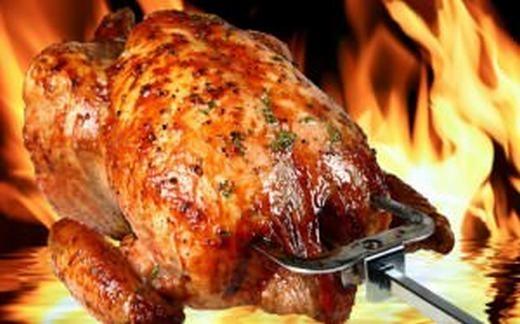 """Cũng theo nghiên cứu, những con gà nuôi trong trang trại còn chứa """"kha khá"""" chất arsen (thạch tín). Mặc dù không độc hại bằng những chất trên nhưng nó cũng khiến cơ thể phản ứng không tốt khi nạp vào, điển hình nhất là tình trạng ngộ độc thức ăn. (Ảnh: Internet)"""