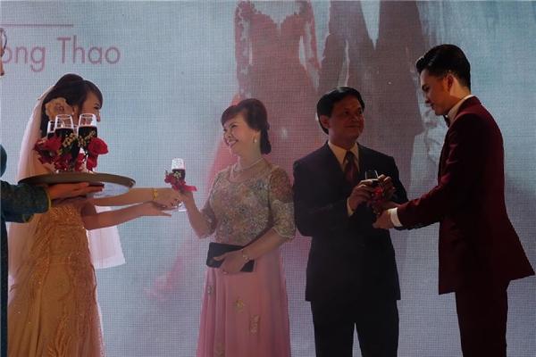 Nam Cường và vợ rạng rỡ trong tiệc cưới tại Hà Nội - Tin sao Viet - Tin tuc sao Viet - Scandal sao Viet - Tin tuc cua Sao - Tin cua Sao