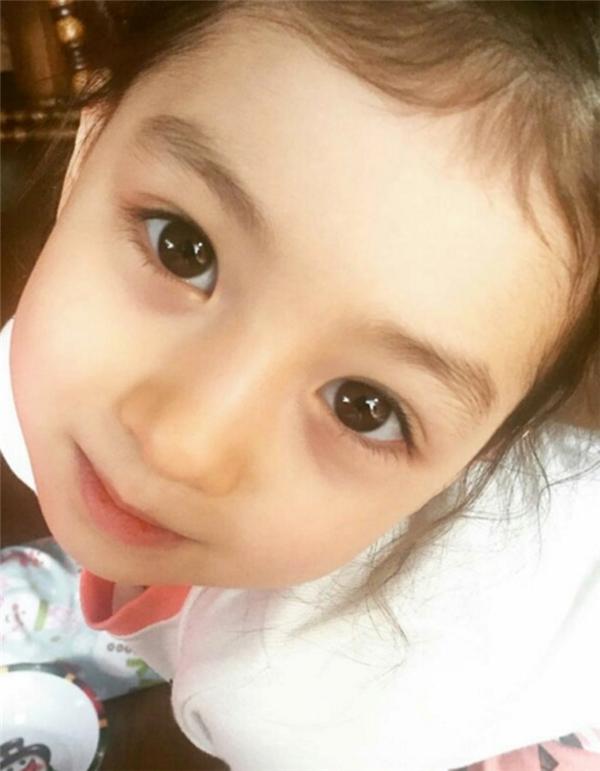 Mềm tim trước vẻ đẹp thiên thần của em bé xinh nhất Hàn Quốc