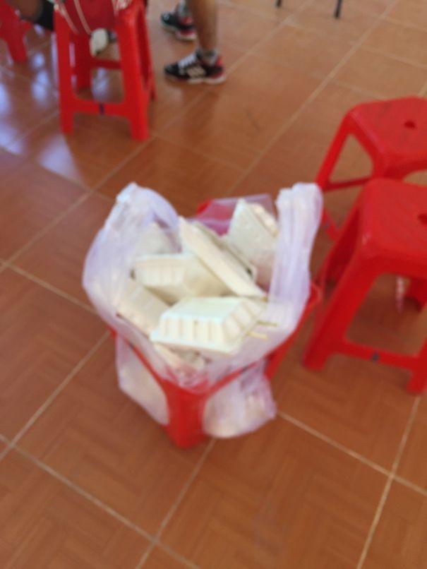 Không có thùng rác, chỉ cần lật ngược chiếc ghế lên là vấn đề được giải quyết.(Ảnh: Bored Panda)