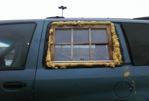 Và cửa sổ nào lại chẳng là cửa sổ, cần gì phải tốn nhiều tiền để tông xuyệt tông nhỉ?(Ảnh: Bored Panda)