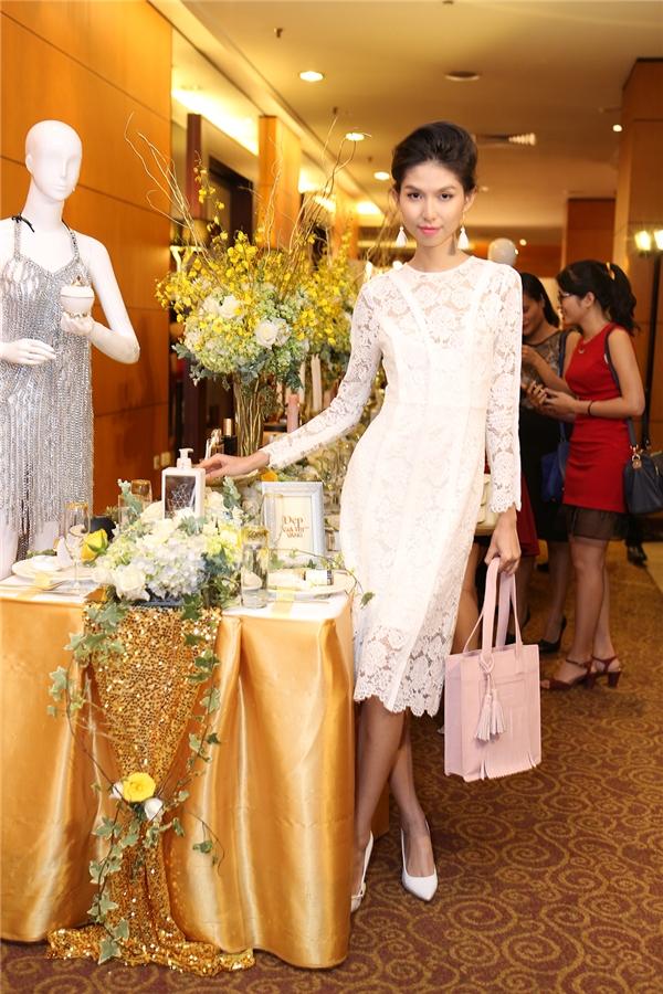 Người mẫu Thùy Dương thanh lịch, rạng ngời trong bộ váy ren trắng của nhà thiết kế Adrian Anh Tuấn. Kiểu tóc bới phồng giúp nữ người mẫu trông sang trọng, quý phái hơn.