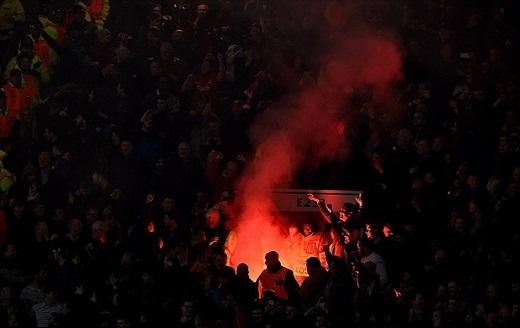 Pháo sáng đã được đốt lên trên khán đài sân Old Trafford. (Ảnh: Internet)