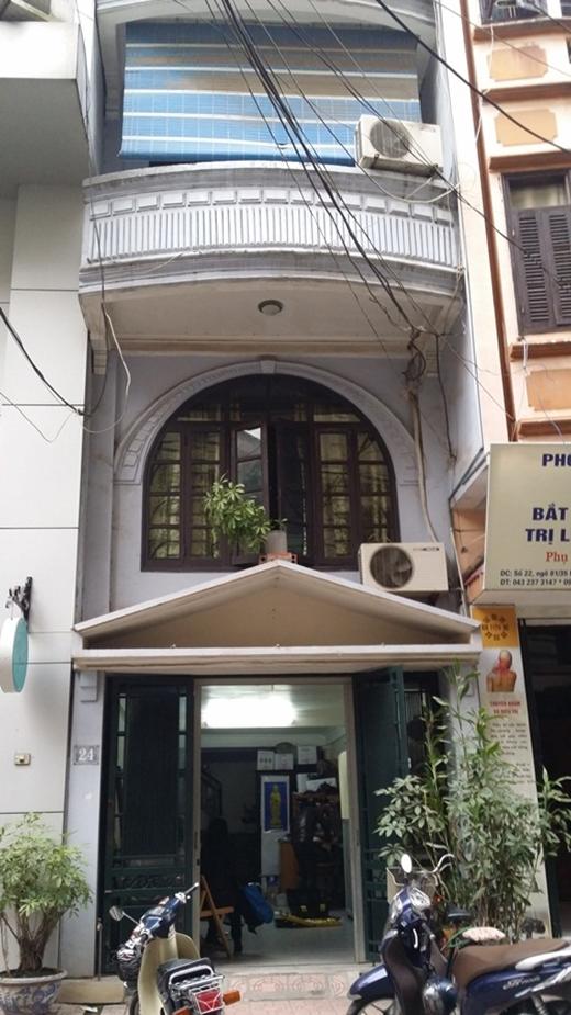 Không khí tang thương vây lấy ngôi nhà giản dị của thủ lĩnh ban nhạc Bức Tường. (Ảnh: Internet) - Tin sao Viet - Tin tuc sao Viet - Scandal sao Viet - Tin tuc cua Sao - Tin cua Sao