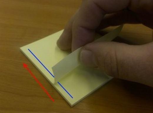 Bạn không nên xé vuông góc, thay vào đó hãy bắt đầu từ mép phải hoặc mép trái. (Ảnh: Internet)