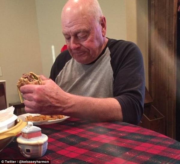 Ông nội Kelsey ăn burger với gương mặt buồn rầu.