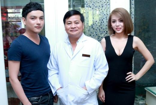 Hùng Việt chụp ảnh cùng bác sĩ Hiệp Lợi và hot girl Cindy Bích cũng vừa phẫu thuật nâng ngực, sửa mũi, độn cằm.