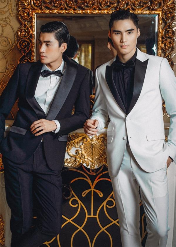 Vẻ phong độ của hai anh chàng được tôn lên trong bộ tuxedo sang trọng.