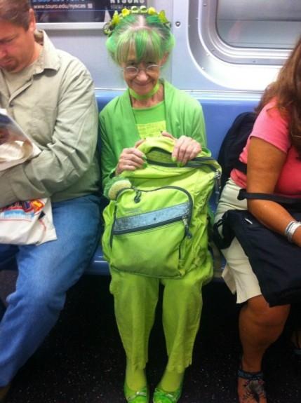 Cụ bà là điểm sáng trên chuyến tàu F đi từ nhà cụ đến văn phòng làm việc ở Manhattan.(Ảnh: Internet)