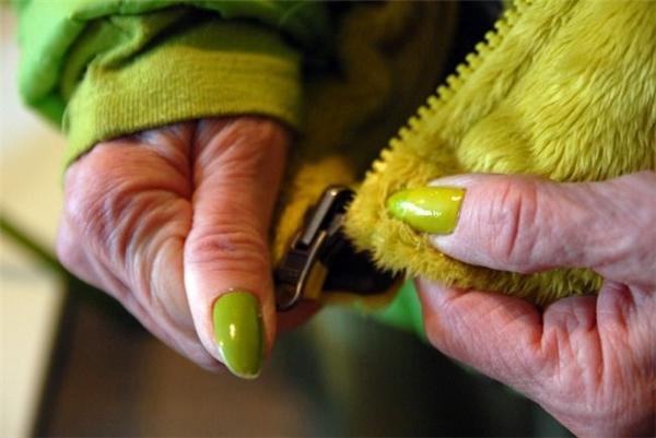 Bộ móng tay cũng được sơn xanh lá của cụ.(Ảnh: Internet)