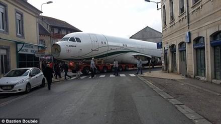Chiếc máy bay khổng lồ mắc kẹt trên đường khiến mọi người một phen kinh ngạc. Ảnh: Bastien Boubée