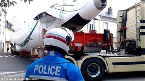 """Cảnh sát đã phải rất vất vả để """"xử lí"""" vật cản khổng lồ này. Ảnh: Joelle Rousseau"""