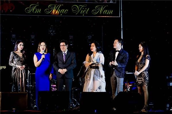 Tất cả mừng sinh nhật lần thứ 71 của MC Nguyễn Ngọc Ngạn trên sân khấu. - Tin sao Viet - Tin tuc sao Viet - Scandal sao Viet - Tin tuc cua Sao - Tin cua Sao
