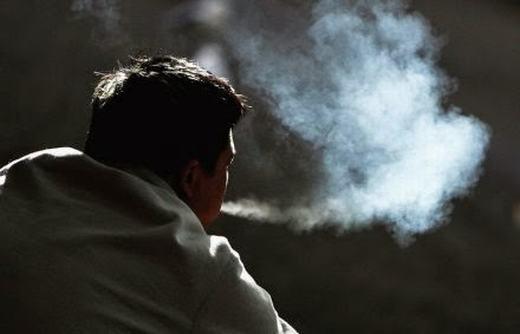 Anh Quân thường xuyên dùng thuốc lá. (Ảnh minh họa. Nguồn: Internet)