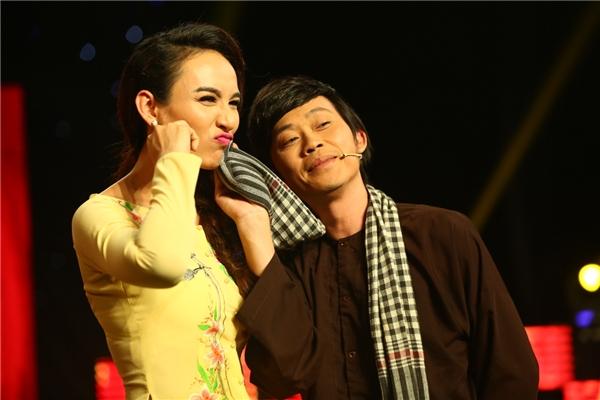 Không chỉ ủng hộ tiền, Hoài Linh còn là một đàn anh rất tình cảm.Trong chương trình, Hoài Linh cũng là giám khảo rất được yêu thích và ngưỡng mộ về kiến thức âm nhạc và sự hiểu biết của anh về văn hóa vùng miền. Những góp ý của anh luôn được các nghệ sĩ ghi nhận như một kinh nghiệm biểu diễn quý báu. - Tin sao Viet - Tin tuc sao Viet - Scandal sao Viet - Tin tuc cua Sao - Tin cua Sao