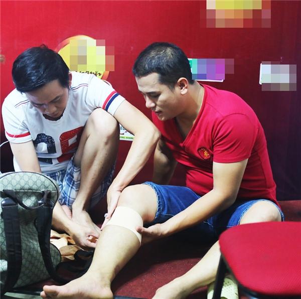 """Khi biết nam MC Phan Phúc Thắng gặp chấn thương ở chân, NSƯT Hoài Linh đã nhiệt tình chỉ cách chữa trị và băng bó vết thương giúp """"đàn em"""". - Tin sao Viet - Tin tuc sao Viet - Scandal sao Viet - Tin tuc cua Sao - Tin cua Sao"""